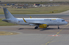 Aircraft photo of EC-LZE - Airbus A320-232 - Vueling Airlines, taken by Pertti Sipilä at Helsinki - Vantaa (EFHK / HEL) in Finland on 25 April 2016.