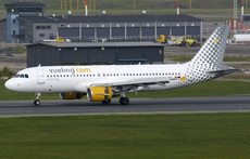 Aircraft photo of EC-MAX - Airbus A320-214 - Vueling Airlines, taken by Pertti Sipilä at Helsinki - Vantaa (EFHK / HEL) in Finland on 26 May 2017.